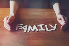 Le mani della donna con la parola della famiglia Fotografia Stock Libera da Diritti