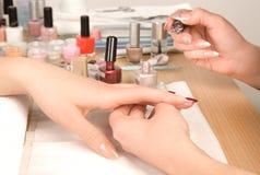 Le mani della donna con la spazzola del chiodo che attinge i chiodi Fotografia Stock