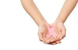 Le mani della donna di concetto che tengono il nastro rosa di consapevolezza del cancro al seno fotografie stock libere da diritti