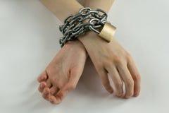 Le mani della donna incatenata Fotografia Stock