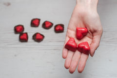 Le mani della donna in pieno dei dolci del cioccolato Immagini Stock Libere da Diritti