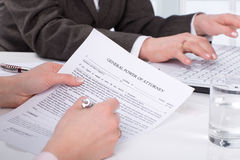 Mani del documento della firma della donna immagine stock