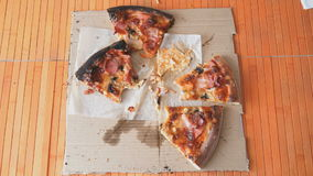 Le mani della gente prendono ai pezzi di pizza stock footage