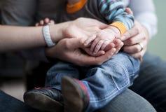 Le mani della holding della famiglia si chiudono in su Fotografia Stock Libera da Diritti