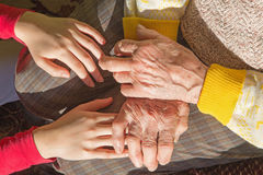 Le mani della nonna e del nipote Fotografie Stock Libere da Diritti