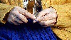 Le mani della nonna tricottano Fotografia Stock