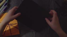 Le mani della ragazza che estraggono ragnatela su una carta Preparando per la celebrazione di Halloween archivi video