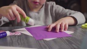 Le mani della ragazza che incollano una carta Giorno del `s del biglietto di S video d archivio