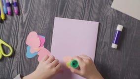 Le mani della ragazza che incollano una carta Giorno del `s del biglietto di S stock footage