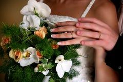 Le mani della sposa e dello sposo con gli anelli fotografie stock