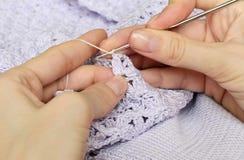 Le mani e crocheting delle donne Fotografie Stock