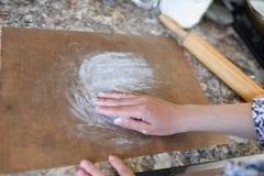 Le mani delle donne che preparano farina in preparazione il processo per cuocere Ragazza che prepara cuocere fotografia stock