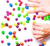 Le mani delle donne che riuniscono le caramelle Fotografie Stock Libere da Diritti