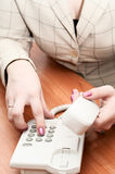 Le mani delle donne compongono un numero di telefono Fotografia Stock