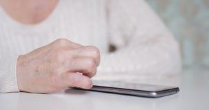 Le mani delle donne con uno smartphone