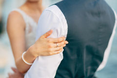 Le mani delle persone appena sposate con gli anelli Immagine Stock