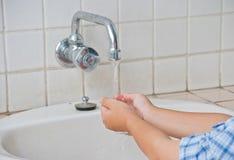 Le mani di lavaggio del ragazzo Fotografie Stock Libere da Diritti