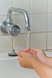 Le mani di lavaggio del ragazzo Fotografia Stock Libera da Diritti