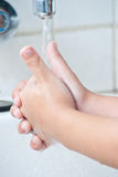 Le mani di lavaggio del ragazzo. Immagine Stock Libera da Diritti