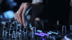 Le mani di musica del gioco del DJ della donna sulla miscelazione consolano, fanno festa video d archivio
