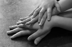Le mani di parecchi bambini sulla famiglia fotografie stock libere da diritti