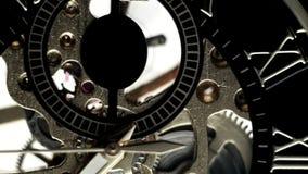 Le mani di ticchettio dell'orologio, il quadrante di ora dei numeri romani stock footage