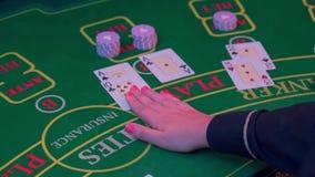 Le mani di un croupier alla tavola di gioco del casin? archivi video