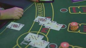 Le mani di un croupier alla tavola di gioco del casin? stock footage