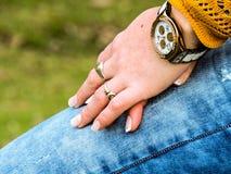 Le mani di una donna di bellezza, nella natura fotografie stock