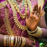 Le mani di una sposa indiana hanno ornato con gioielli Immagine Stock