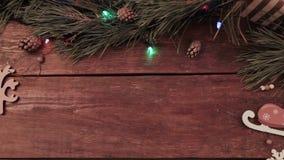 Le mani digiunano pan di zenzero di Natale di festa della presa stock footage