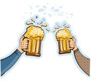 Le mani equipaggiano con i vetri della birra. Vettore più oktoberfest  Fotografie Stock Libere da Diritti