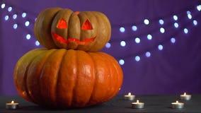 Le mani femminili accendono una candela e la mettono dentro una zucca per Halloween stock footage