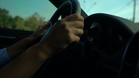 Le mani femminili che tengono il volante, donna ritiene nervose a causa degli ingorghi stradali stock footage