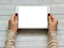 Le mani femminili che tengono una compressa toccano l'aggeggio del computer con lo schermo immagini stock libere da diritti