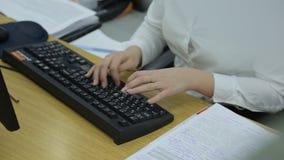 Le mani femminili eleganti scrive su una tastiera di computer nera archivi video