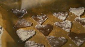 Le mani femminili hanno piegato i biscotti su una cottura archivi video