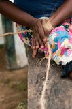 Le mani femminili producono un cereale dalla fibra della copra della noce di cocco Immagini Stock Libere da Diritti