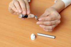 Le mani femminili riempiono di liquido nei clearomizers della e-sigaretta Immagine Stock Libera da Diritti