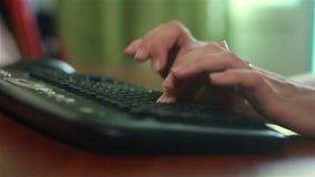 Le mani femminili si chiudono su lavoro sulla tastiera di computer archivi video