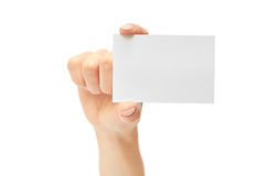 Le mani femminili tengono un biglietto da visita Isolato su priorità bassa bianca Fotografie Stock Libere da Diritti