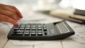 Le mani femminili utilizzano il calcolatore Lavoro d'ufficio Concetto di giorno di imposta archivi video