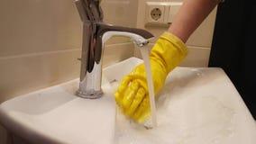 Le mani in guanti lavano il lavandino archivi video
