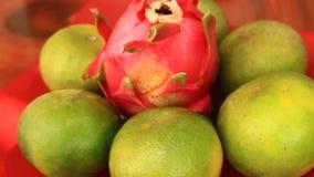 Le mani hanno messo la frutta sul piatto stock footage