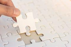 Le mani hanno messo puzzle dei pezzi di puzzle l'ultimo, concetto di affari per Immagini Stock Libere da Diritti