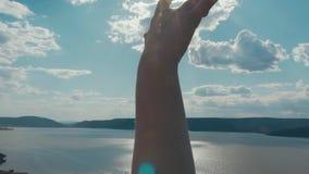 Le mani incoraggianti libere di aumento della viandante della donna al _ della montagna completano il primo piano della mano del  archivi video