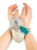 Le mani limitano dal cavo del mouse Fotografia Stock Libera da Diritti