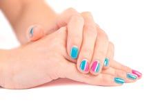 Le mani luminose della donna del manicure si chiudono su su bianco Immagine Stock Libera da Diritti