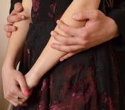 le mani maschii abbracciano le mani femminili Fotografia Stock Libera da Diritti
