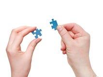 Le mani maschii e femminili con poco puzzle collega Immagine Stock Libera da Diritti